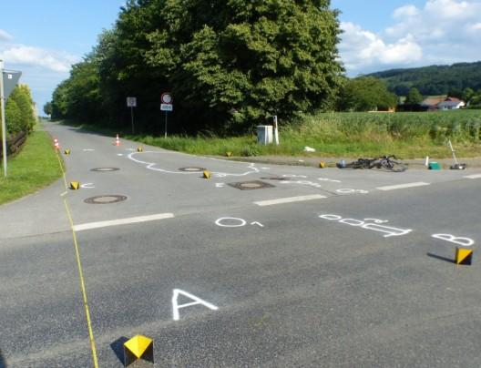 Auto erfasst Rennradfahrer: Pkw-Fahrer lässt schwerverletzten Mann zurück
