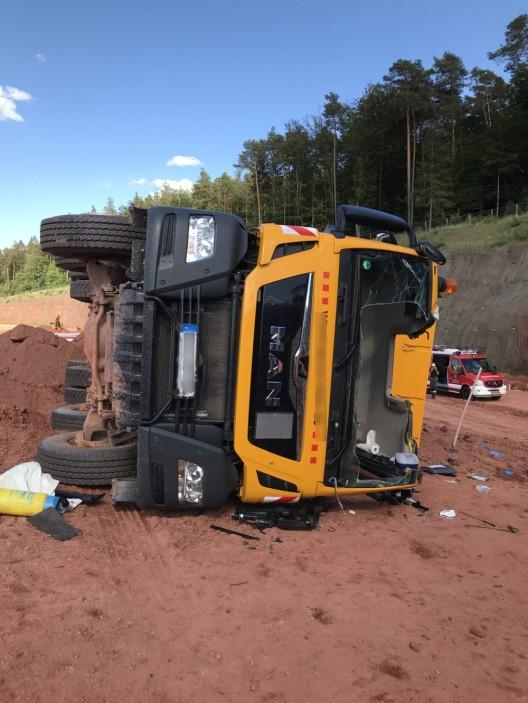 Lkw kippt um - Fahrer schwer verletzt