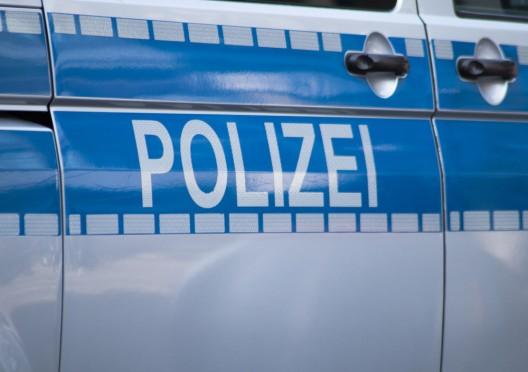 Mann (Deutscher, 37) attackiert zwei Frauen (mit Säuglingen) auf Bahnsteig