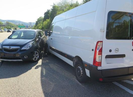 Augst BL: Kollision zwischen Lieferwagen und Personenwagen
