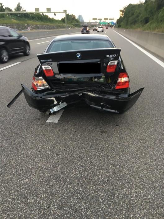 Muttenz BL / A2: Personenwagenlenkerin fährt auf stehendes Pannenfahrzeug auf