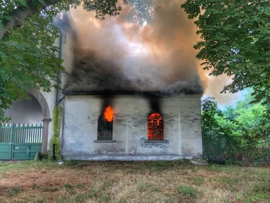 Brennender Dachstuhl - Haus Leithe durch Brand schwer beschädigt