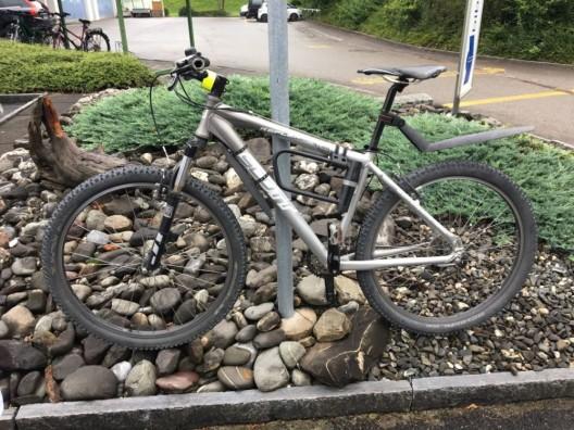 Mollis GL: Fahrradlenker (26) verletzt sich nach Aufprall mit PW