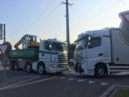 Kölliken AG: Kollision zweier Lastwagen mit grossem Schaden