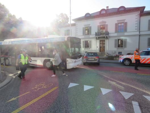 Aarau AG: Bus und Auto kollidiert – Passagierin verletzt