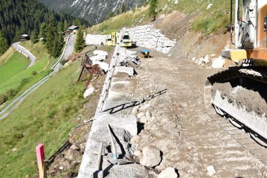Davos Monstein GR: Arbeiter von Mauer gestürzt und verletzt