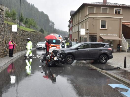 Disentis/Mustér GR: Auto und Motorrad kollidiert - 60-Jähriger verletzt