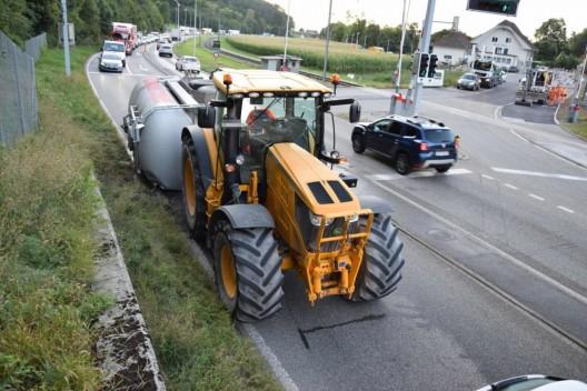 Oensingen SO: Tankanhänger eines Traktors umgekippt