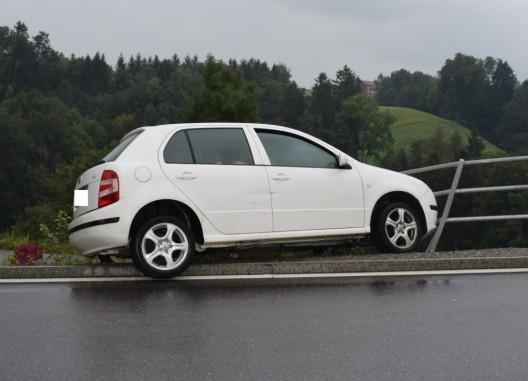 Herisau AR: 19-jähriger Automobilist kollidiert mit Leitplanke
