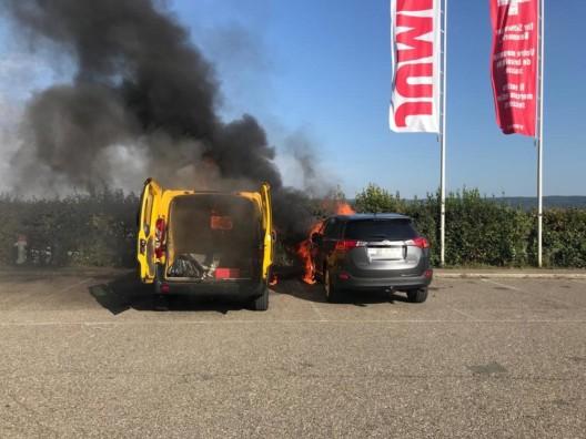Pratteln BL: Zwei Fahrzeuge bei Brand auf Parkplatz völlig zerstört