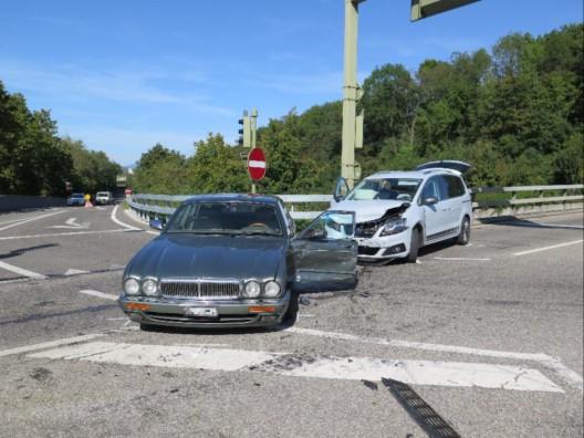 Muttenz BL: Zwei Autos bei Kollision stark beschädigt