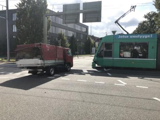 Muttenz BL: Lieferwagen mit Tram kollidiert – niemand verletzt