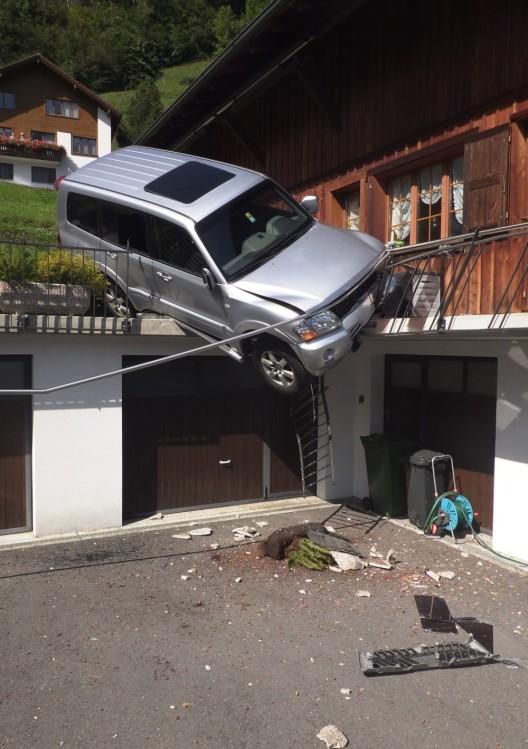 Bauen UR: Auto macht sich selbständig und landet auf Garagenterrasse