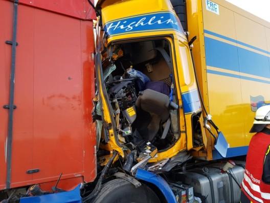 Sattelzug kracht in Stauende - Lkw-Fahrer verstorben