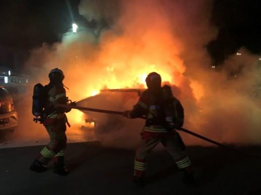 Breitfeld BE: Mehrere Fahrzeuge brannten – Ursache wird ermittelt