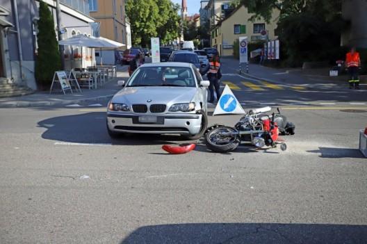 St.Gallen SG: Auto kollidiert mit Motorrad - Unfallfahrzeuge wurden abgeschleppt