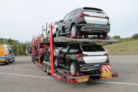 Mangelhafte Bereifung eines Autotransporters mit Entsetzen festgestellt