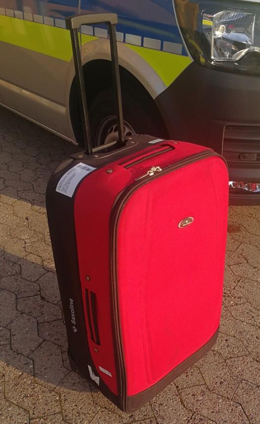 Dieb lässt Koffer in Garage zurück - Polizei sucht Eigentümer