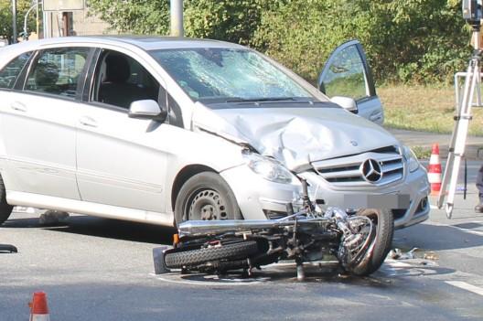 Kradfahrer (47) bei Kollision mit Auto schwer verletzt