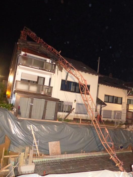 Baukran stürzt auf Wohnhaus
