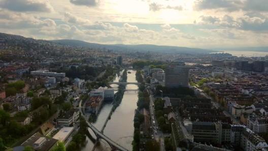 Stadt Zürich ZH: Polterabendgruppe von Vermummten angegriffen und verletzt