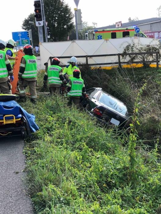 Thal SG: 75-jähriger Autofahrer verletzt sich bei Selbstunfall