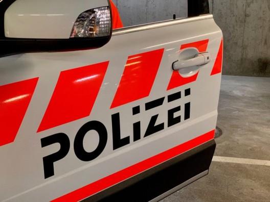 Mühlehorn GL: Mann streift Bordsteinkante und verliert Kontrolle über PW