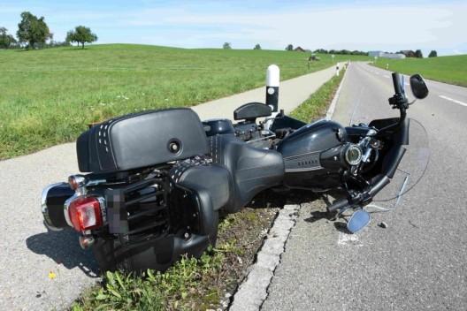 Zuckenriet SG: Motorradfahrer gestürzt und leicht verletzt
