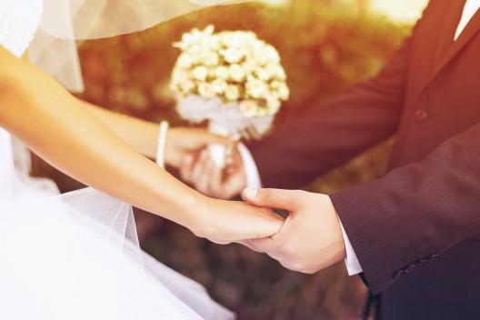 Hochzeitskorso fährt hupend durch die Innenstadt - Pyrotechnik abgefeuert