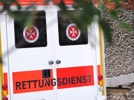 Zwei Frauen vor dem Bahnhof von Gruppe geschlagen und verletzt
