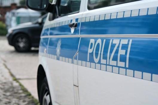 Autofahrer (Kosovare) fährt gezielt auf Personen zu – Festnahme