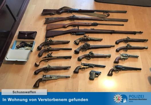 Polizei entdeckt in Wohnung von Verstorbenem zahlreiche Waffen