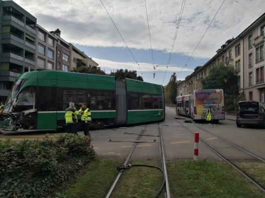 Basel BS: Tramunfall - 17 Personen zur Abklärung ins Spital gebracht