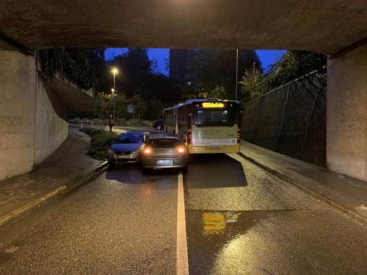 Rheinfelden AG: Riskantes Überholmanöver mündet in Unfall