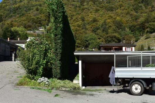 Grono GR: Arbeiter stürzt von Garage und erleidet Brüche