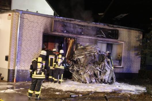 Unbekannte Person im Fahrzeug verbrannt – Ermittlungen zu Horror-Crash laufen