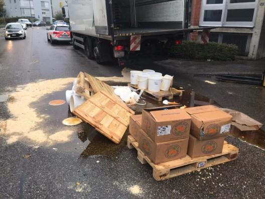 Birsfelden BL: Umgekippte Palette mit Honig führt zu Verkehrsbehinderungen