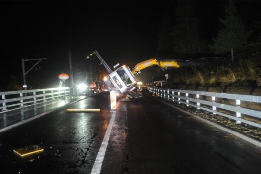 Hospental UR: Kranlastwagen auf Strasse gekippt – eine Person leicht verletzt
