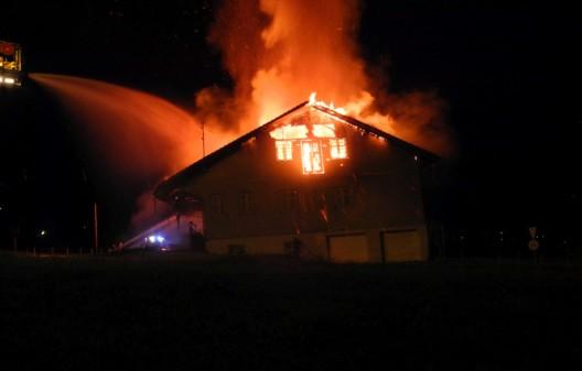 Seewen SZ: Brennender Quad setzt Lagergebäude in Brand