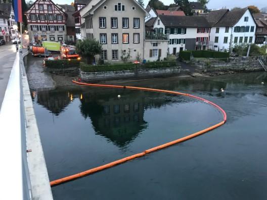Stein am Rhein SH: Unbekannte Substanz im Rhein festgestellt - Ölsperre errichtet