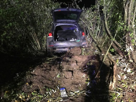 Unfall: Schwerverletzter Fahrzeuginsasse - Polizeihund spürt Flüchtigen auf
