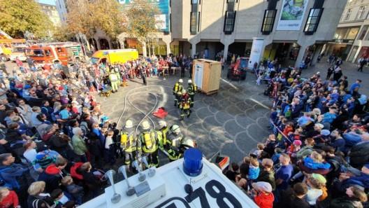 Zahlreiche Besucher interessieren sich für Feuerwehr und Rettungsdienst - großer Andrang