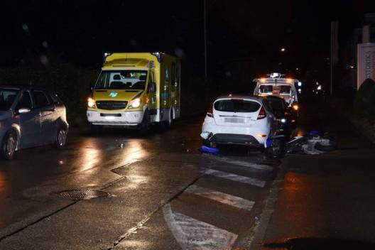 Oberuzwil SG: Fahrunfähiger Rollerfahrer (17) kollidiert mit parkiertem Auto