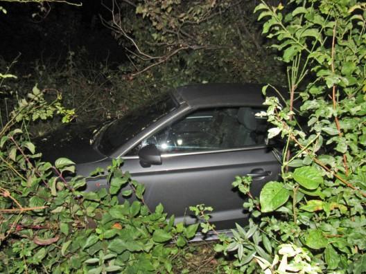 Alkoholisierter junger Fahrer (19) landet mit Auto in Böschung