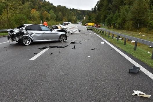 Effretikon ZH: PW mit Kleintransporter samt Anhänger kollidiert – grosser Schaden