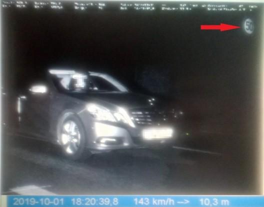 Autoraser mit 143 km/h statt der erlaubten 50 km/h erwischt