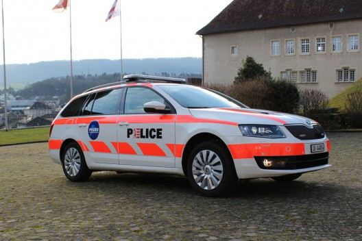 Viaduc des Esserts/A16 JU: Fahrzeug verliert Alurampen, Sachschaden - Zeugenaufruf