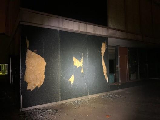 Dättwil AG: Fassadenverglasung am Schulzentrum Höchi beschädigt