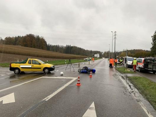 Regensdorf ZH: Rollerfahrer bei Kollision mit PW schwer verletzt