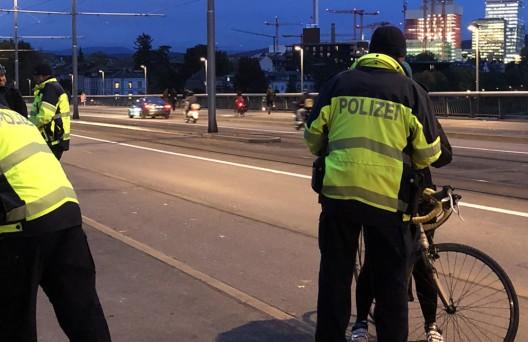 """Kantonspolizei Basel-Stadt sensibilisiert 161 Velofahrer(innen) am """"Tag des Lichts"""""""